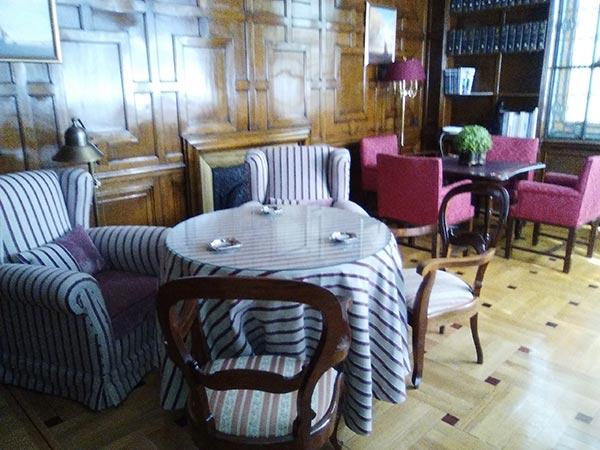 Sofás, sillones y sillas recién limpios y montados.